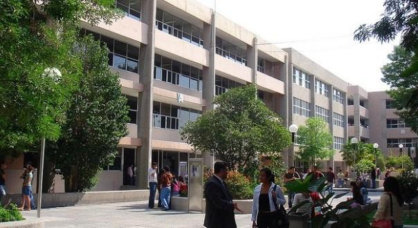 FCA-UASLP entregó libros de matemáticas a Estudiantes