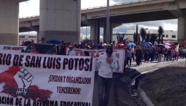"""Maestros de varios municipios """"protestan contra la reforma"""" y desatan caos en el Centro"""