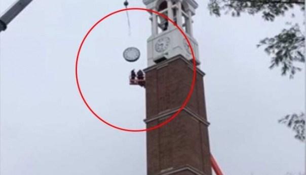 Dos hombres casi mueren aplastados por el reloj de un campanario
