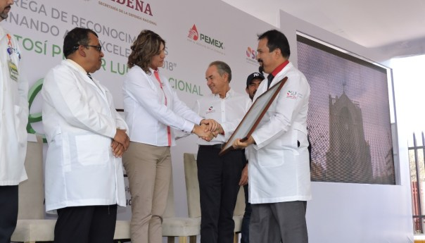 Entregan gobernador y secretaria de salud reconocimientos caminando a la excelencia a jurisdicción sanitaria de Matehuala