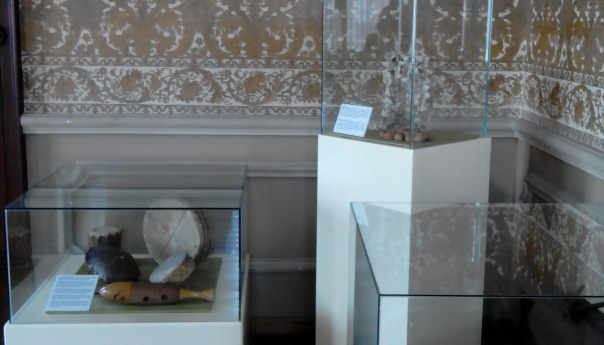 Colección de instrumentos musicales en el Museo Nacional de la Máscara