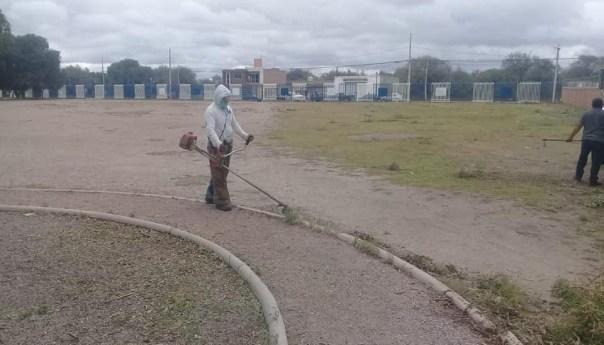 Se intensifica mantenimiento de unidades deportivas en villa de pozos