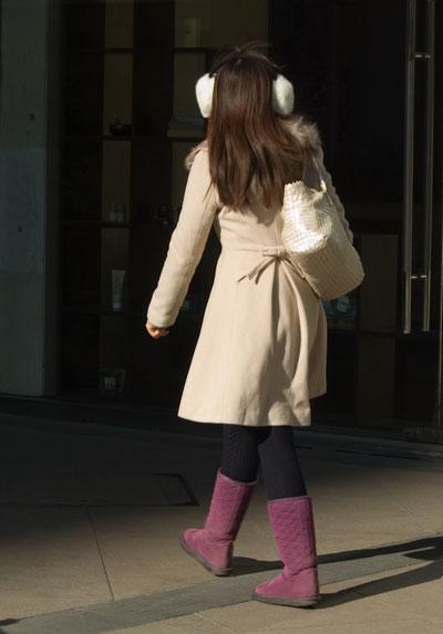 Välklädd, fin rosett bak på jackan och härlig färg. Muffarna till också!