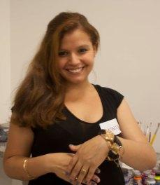 Mariane exibindo o bracelete que fez