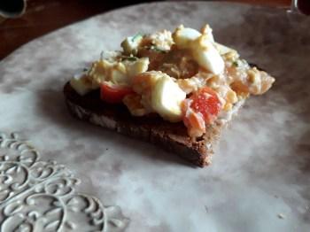 Küche: sommerlicher Salat mit Lachs