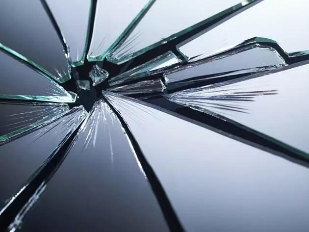 Суеверия за късмет - Не се оглеждай в счупено огледало
