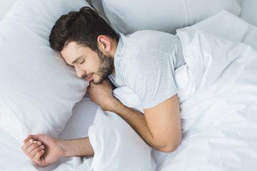 4 Beneficios De Dormir Con Un Diente De Ajo Debajo De La Almohada 3