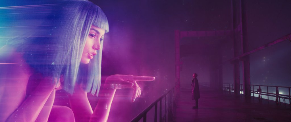 Blade Runner 2049, film by Denis Villeneuve. Stunning Scnéographie photography of beauty with actress Ana de Armas and actor Ryan Gosling. More on Sansible. #sansible #bladerunner #bladerunner2049 #denisvilleneuve #sciencefiction #heritage #philipkdick #anadearmas #futuriste