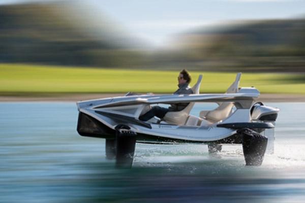 Quadrofoil, jet-ski électrique ecofriendly. Davantage de bateaux du futur ecofriendly à découvrir sur Sansible. #quadrofoil #hydroptere #sansible #bateau #futur #propre
