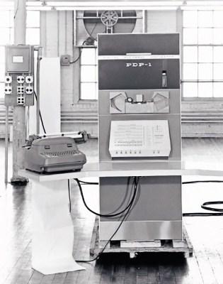 PDP-1 (1959): Το πρώτο σύστημα της DEC είναι ένας περιορισμένου μεγέθους 18μπιτος διαδραστικός υπολογιστής γενικής χρήσης. Βασισμένος στο πρωτοποριακό ΤΧ-0, σχεδιάστηκε μέσα σε 3 μόλις μήνες. Αρχική τιμή: 120.000 δολ. Πωλήσεις: 50