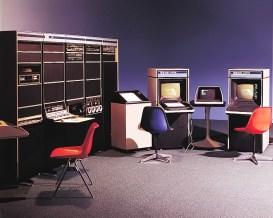 PDP-15 (1969): Διάδοχος του PDP-9 ο τελευταίος και ο πιο εμπορικά επιτυχημένος της 18μπιτης οικογένειας PDP. Το πρώτο σύστημα της DEC με ολοκληρωμένα κυκλώματα (TTL) και κατά συνέπεια ένα από τα φθηνότερα. Αρχική τιμή: 16.500 δολ. Πωλήσεις: 790