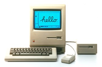 Apple Macintosh 128k - Ο πρώτος Macintosh κυκλοφόρησε στις 24 Ιανουαρίου του 1984. Το γραφικό περιβάλλον και το ποντίκι ήταν πρωτόγνωρα για τους χρήστες προσωπικών υπολογιστών