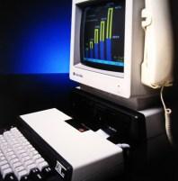Η επεκτασιμότητα ως κεντρική φιλοσοφία των Microbee. Εδώ στην έκδοση Microbee 128 με δύο FDD, έγχρωμο μόνιτορ και μόντεμ.