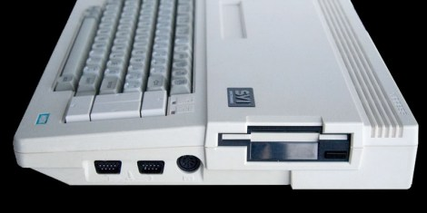 Το ενσωματωμένο floppy disk drive, διάστασης 3,5'', του SVI-738 ήταν θορυβώδες και αναξιόπιστο.