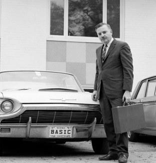 O Τζον Κέμενι φωτογραφίζεται με την κατά παραγγελία πινακίδα του νέου του αυτοκινήτου.
