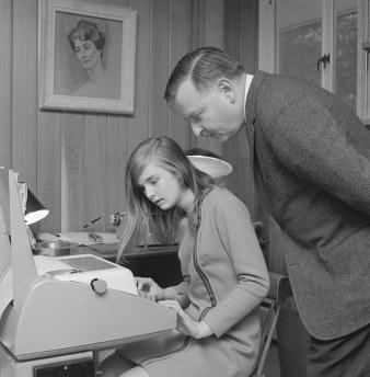 Ο Τζον Κέμενι ελέγχει ένα πρόγραμμα BASIC που έγραψε η κόρη του σε τηλέτυπο-τερματικό, το 1976.