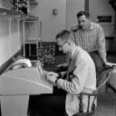 Λίγους μήνες μετά την ολοκλήρωση της BASIC, η γλώσσα διαδίδεται και μεταξύ των καθηγητών του κολεγίου. Εδώ ένας καθηγητής Γεωλογίας κι ένας Χημείας, προγραμματίζουν σε BASIC διδακτικά αντικείμενα.