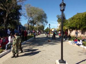 La comunidad disfrutando del flamante adoquinado y embellecimiento, manteniendo su estilo colonial