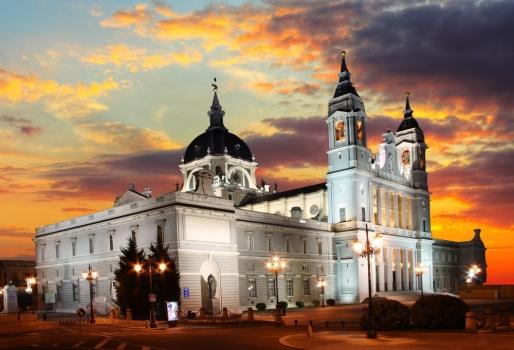 catedral_de_la_almudena_muralesyvinilos_47056122__monthly_xl