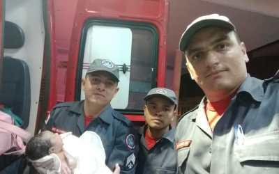 Carro bate em poste; passageira estava grávida e Bombeiros realizam parto em Pará de Minas