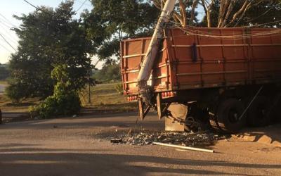 Caminhão derruba poste no Vila Tavares e deixa região sem água e luz
