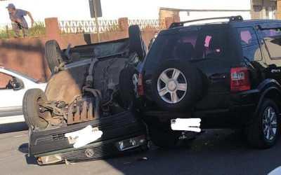 Três carros se envolvem em acidente em Itaúna