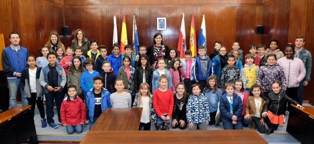 Alumnos del colegio Elena Quiroga conocen la administración municipal de la mano de la alcaldesa