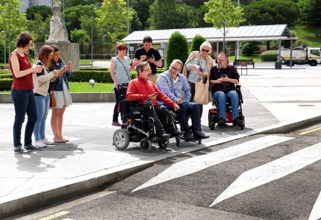 Personas con discapacidad ponen a prueba una app sobre rutas accesibles en Santander