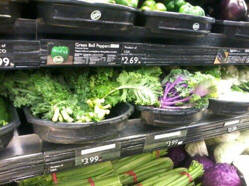 green kale un purple kale (cik dabīgi?). mazliet jau jāsabildē veikala plaukts tak arī!
