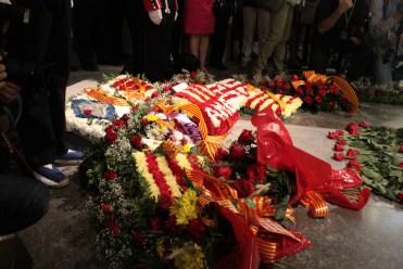 Rams i flors col·locats a la tomba de Casanovas