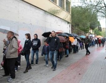 Les cues més llargues s'han registrat durant tot el matí a les portes de l'Institut Joaquim Rubió i Ors // Maria Roda