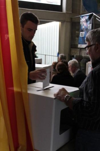 Un ciutadà dipositant el seu vot dins d'una urna a l'Institut Ítaca // Maria Roda