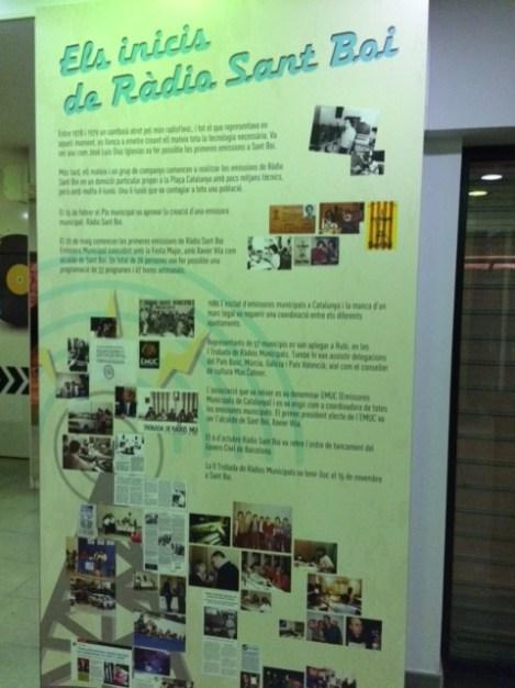 Un plafó explica l'origen històric de Ràdio Sant Boi fa 34 anys // David Guerrero