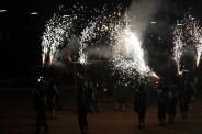 Els diables van formar figures i van animar al públic a gaudir del foc // Maria Roda
