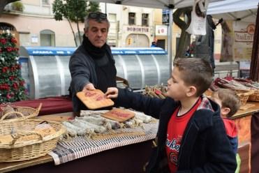 Un mercat de menjar tradicional va acompanyar la festa a la plaça de l'Ajuntament // Maria Rubio