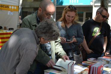 Santboianos hojeando libros // Elisenda Colell