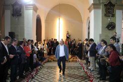 L'alcalde de Viladecans, Carles Ruiz (al centre), ha fet l'ofrena floral com altres alcaldes i alcaldesses de la comarca // David Guerrero