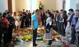 Membres d'entitats molts diverses han participat a l'ofrena floral // David Guerrero