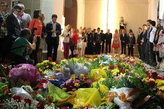 La tomba de Rafael Casanova ha quedat coberta de flors // David Guerrero