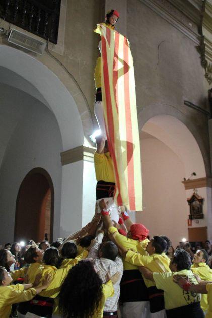 Els castellers de Catelldefels han aixecat un pilar al acabar l'ofrena floral // David Guerrero