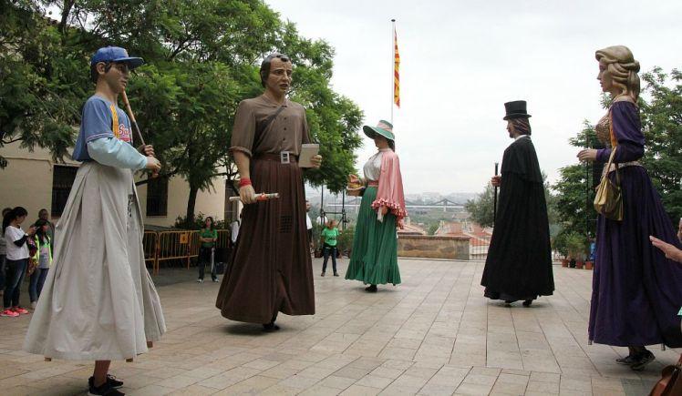 Els Gegants de Sant Boi han ballat a la plaça un cop finalitzada l'ofrena floral // David Guerrero
