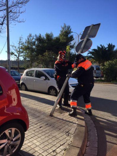 Diverses senyals de trànsit van caure per la força del vent // PC Sant Boi