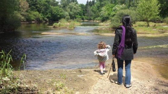 Fille avec sa mère devant un lac