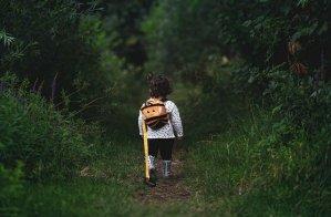santé enfants topophilie - petite fille sur une chemin en forêt