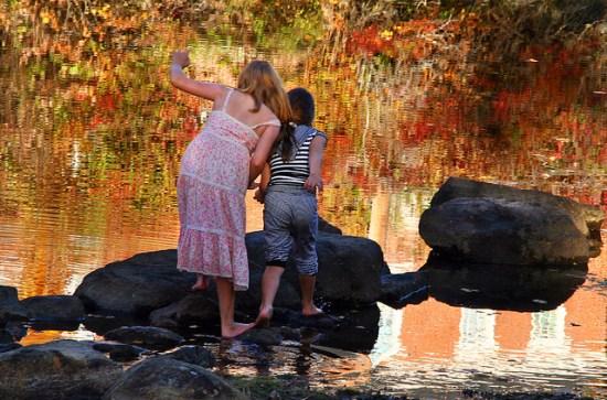 parents agir santé enfants - une mère et sa fille au bord d'un lac naturel