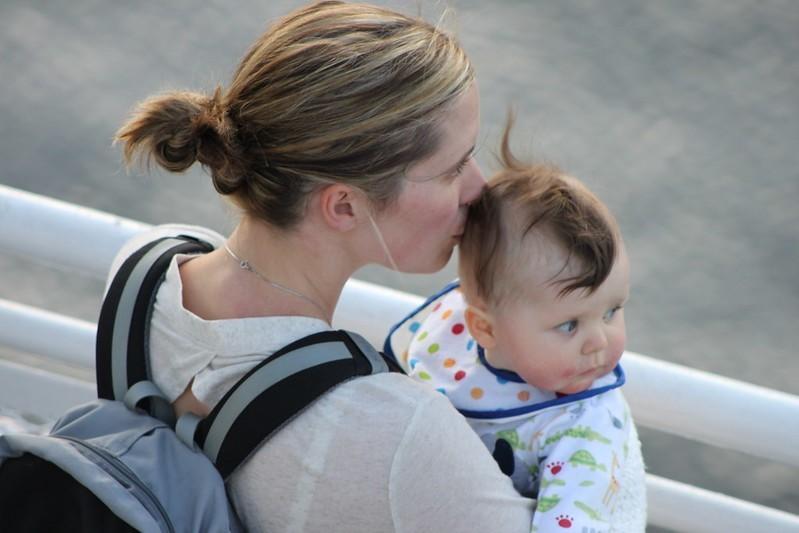 parents agir santé enfants - une mère embrasse son bébé