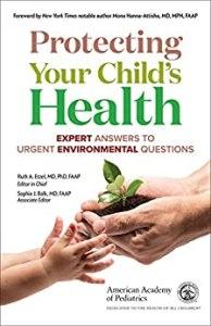 pédiatrie et santé environnementale : un parent donnant de la protection pour la santé de son enfant
