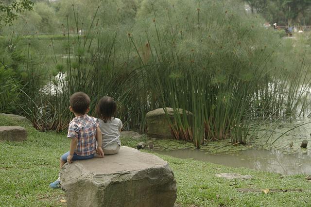 Emmenez enfants dehors Crystèle Ferjou - enfants devant un étang