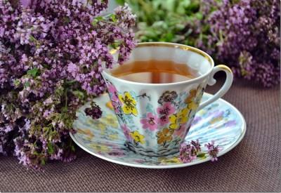 Tasse de tisane pour s'hydrater après le jeun de la nuit accompagne le petit-déjeuner sain et énergétique