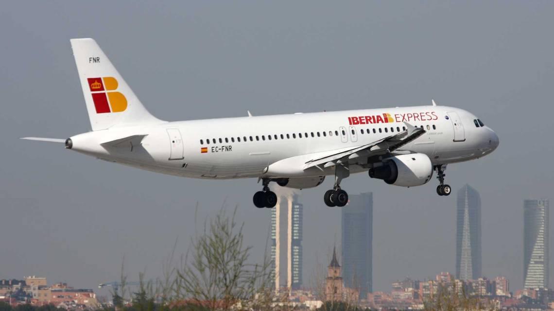 Regresa al aeropuerto de Madrid un vuelo de Iberia Express que volaba hacia Santiago de Compostela